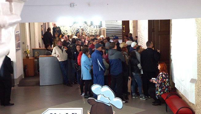 Вот так гости с открепительными удостоверениями подъезжают к избирательным участкам (это возле здания БЦ «Маяк» на П.Зыкина, 32). Фото Валентины Пермяковой, Ревда-инфо.ру