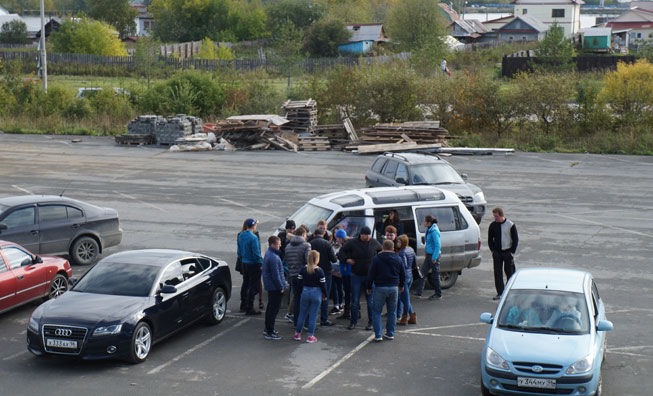 Вот так гости с открепительными удостоверениями подъезжают к избирательным участкам (это возле здания БЦ «Маяк» на П.Зыкина, 32). Фото Валентины Пермяковой