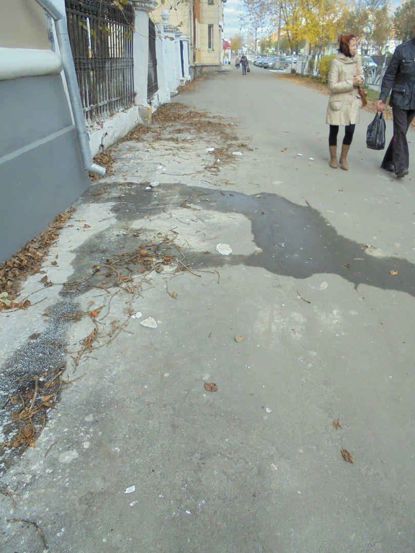 Фотография сделана на следующий день после ЧП, но куски штукатурки на тротуаре еще видны. Фото Елены Малышевой