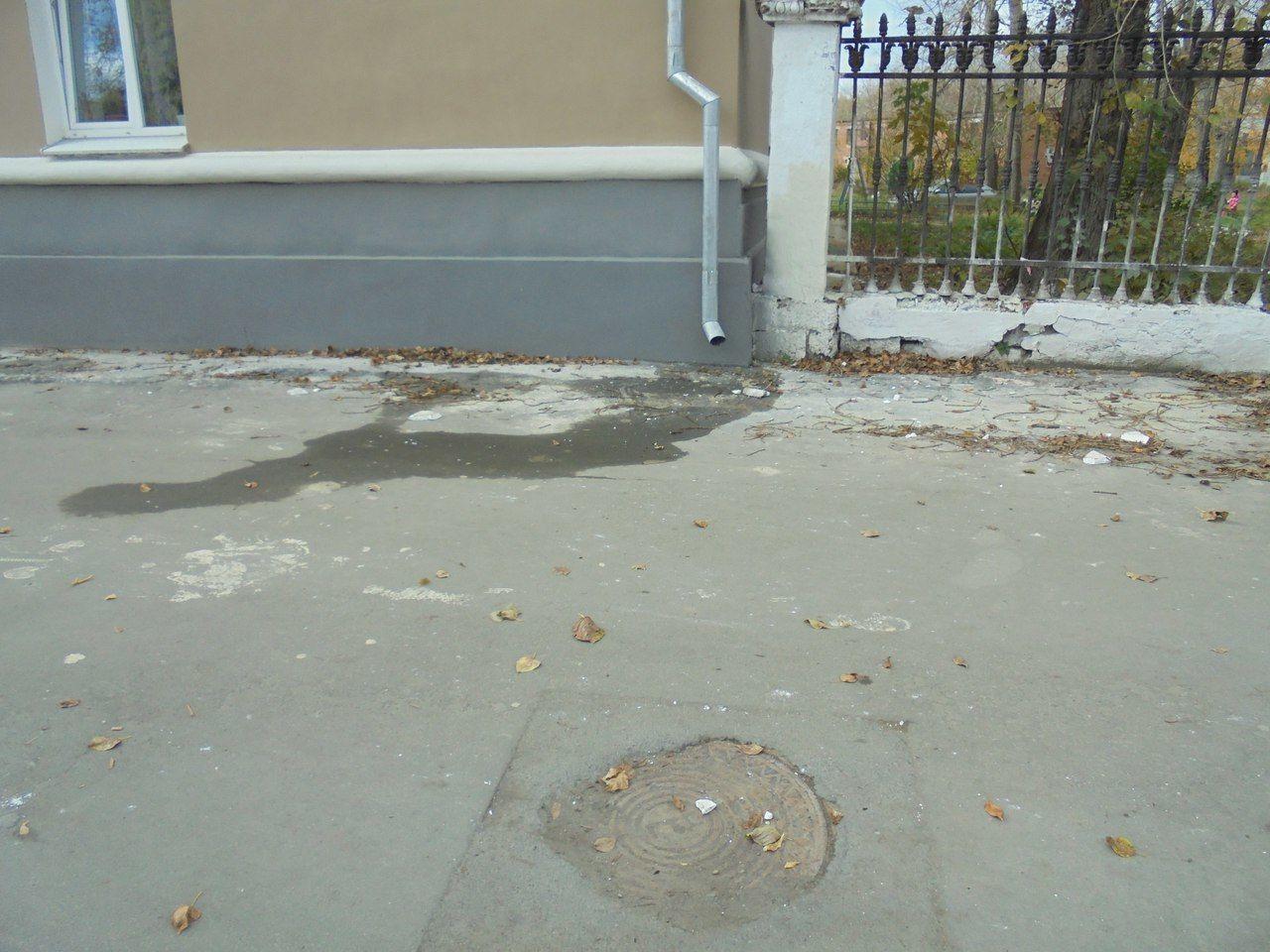 А это фото — бонус. Обратите внимание, как интересно закатан люк. Если зимой возникнет нужда открыть его, слесарям придется помучиться. Фото Елены Малышевой