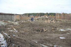 Гаражи на ул. Орджоникидзе разрушили практически полностью. Сейчас уже началось строительство новых, но при этом строительный мусор члены кооператива так и не вывезли. Фото Анны Неволиной