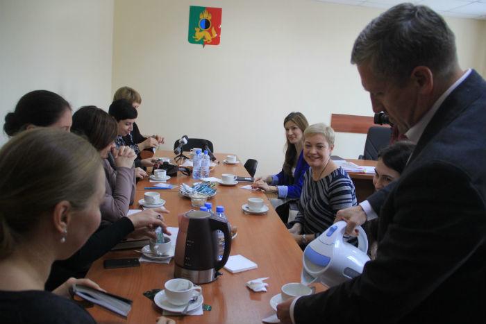 В начале встречи Валерий Хорев, как истинный джентльмен, налил всем присутствующим дамам чай. Фото Анны Неволиной