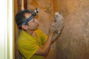 Михаил Плешнев и спасенный кот Фото Екатерины Каладжиди