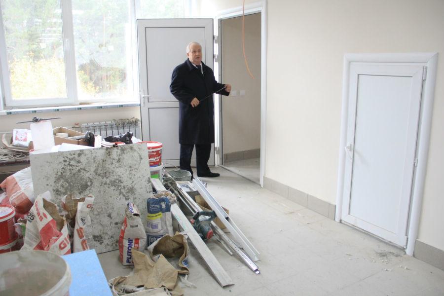 Пока что в холлах поликлиники стоят строительные материалы.  Но Николай Шайдуров уверен, что через неделю здесь будут чистота и порядок. Фото Анны Неволиной
