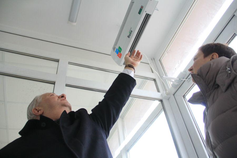 Над входными дверями поставили специальные обогреватели, чтобы холодный воздух зимой не попадал в холл. Фото Анны Неволиной