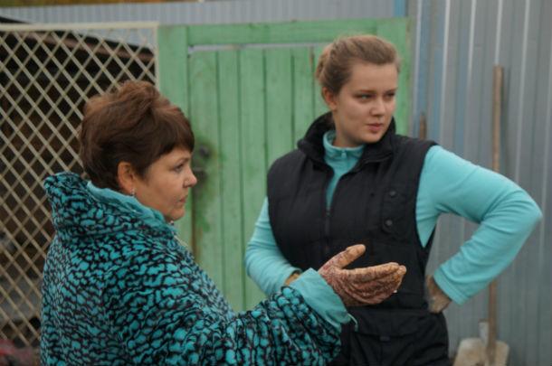 Волонтер Ольга Козлова (слева)