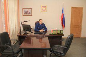 Андрей Калинин многое изменил в своем кабинете. Первым дело купил новые шторы и вкрутил все лампочки. Фото Анны Неволиной