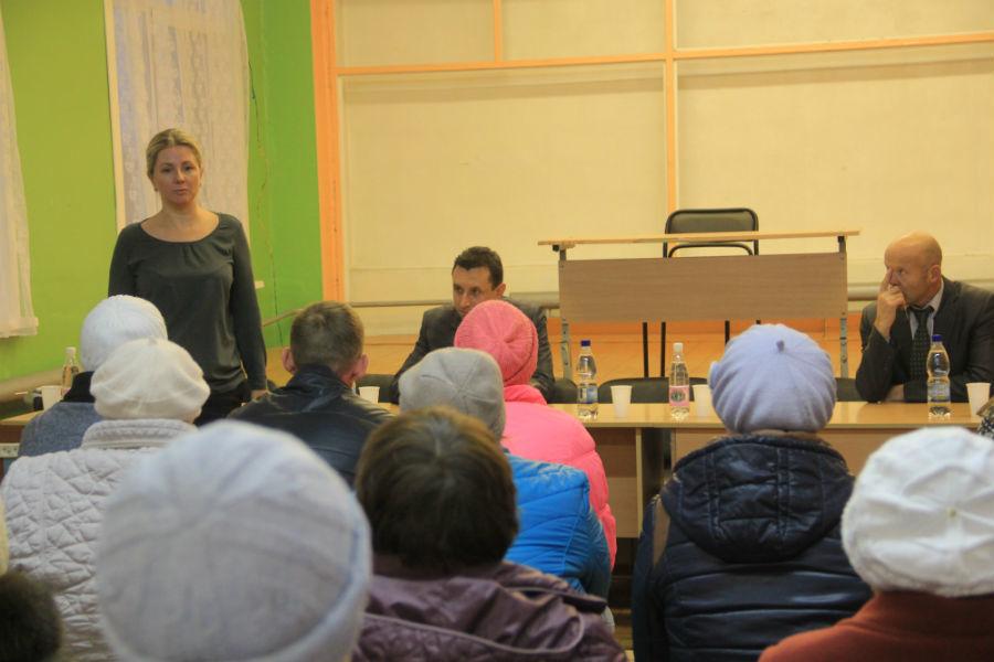 Начальник УЖКХиС Марина Шолохова объяснила жильцам, почему дом не снесут и что будет дальше. Фото Анны Неволиной