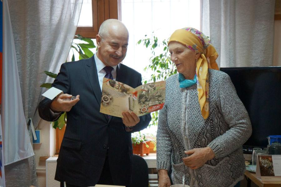 Станислав Матлук зачитывает поздравительный адресФото Анны Неволиной