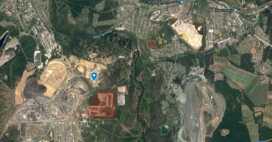 Синим маркером обозначен действующий полигон ТБО, красная область — территория будущего завода.  <i>Фото с сайта www.google.com/maps </i>