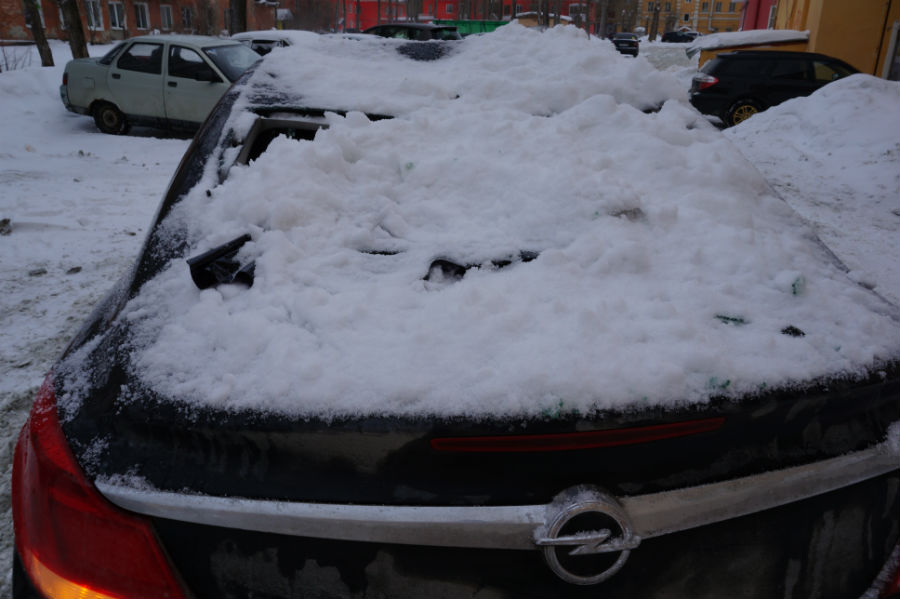 Что делать, если на машину упал снег с крыши?